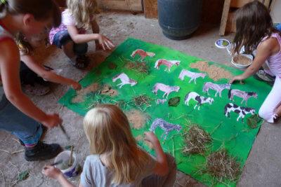 Kinder gestalten ein Plakat mit Pferden