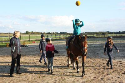 Kinder machen spielerische Übung mit dem Pferd