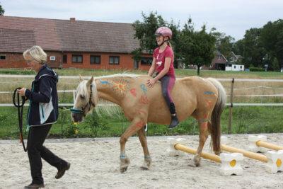 Kind reitet frei auf Pony
